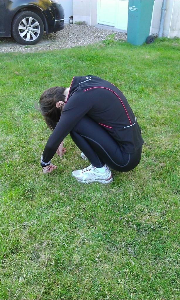 Puis je m'accroupis et je laisse le sacrum tomber dans le sol pour bien étirer mes lombaires; aucune importance que vos talons décollent du sol !
