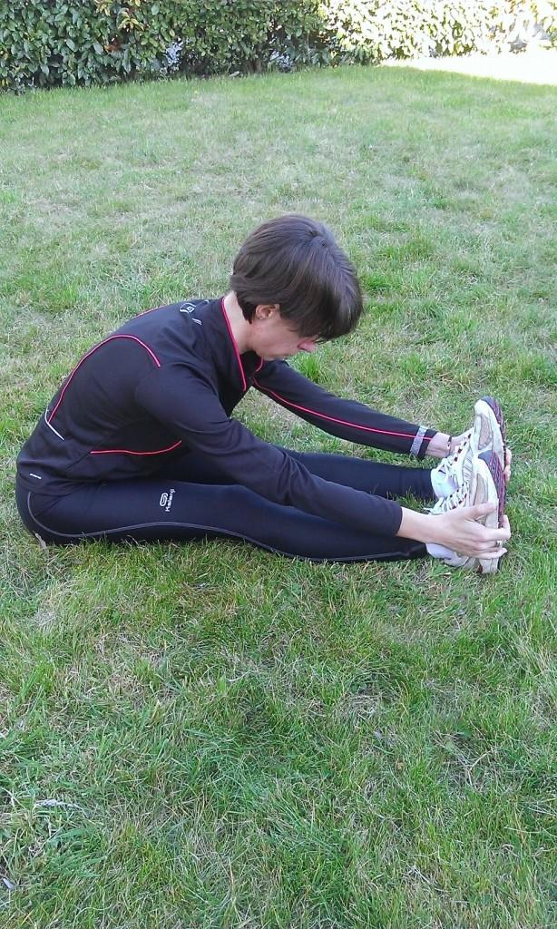 Je m'asseois les 2 jambes tendues devant moi et je tente d'attraper mes 2 pieds sans arrondir le dos pour étirer toute la chaîne postérieure des membres inférieurs