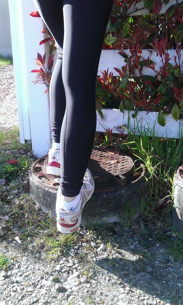 pour commencer, debout sur une marche, un banc ou autre chose, pose la voûte plantaire contre le bord pour pousser doucement le talon vers le sol sans donner d'à coup