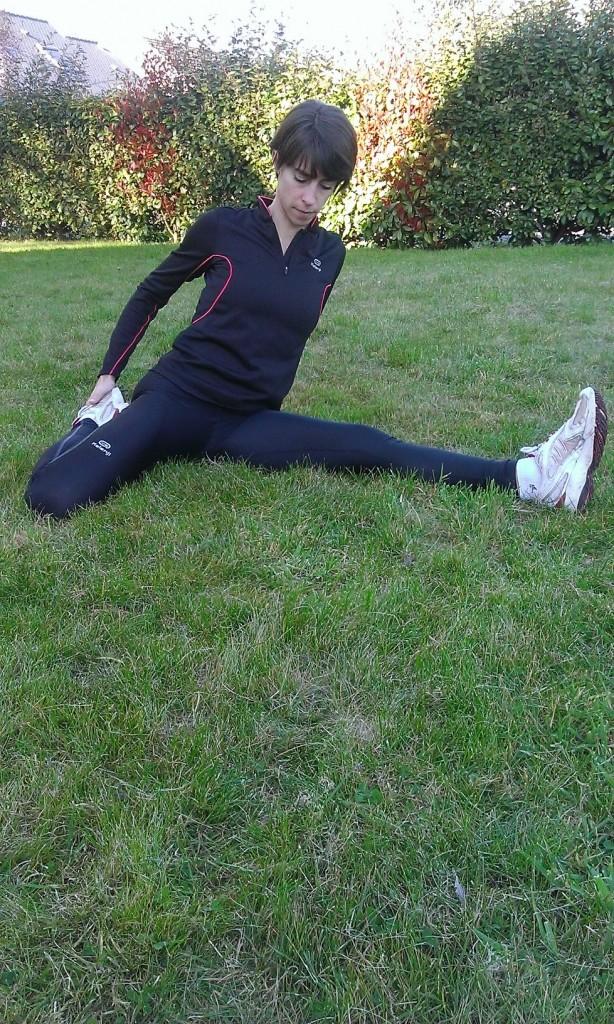 Je termine en attrapant un pied pour le rapprocher de ma fesse alors que l'autre jambe est tendue; je renouvelle l'opération de l'autre côté. çà tire le devant de la cuisse !