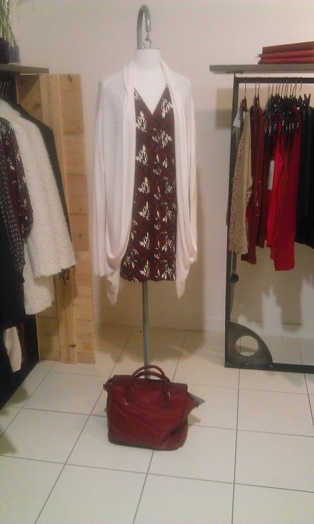 Tenue de rentrée constituéé d'une robe, d'un gilet et d'un sac