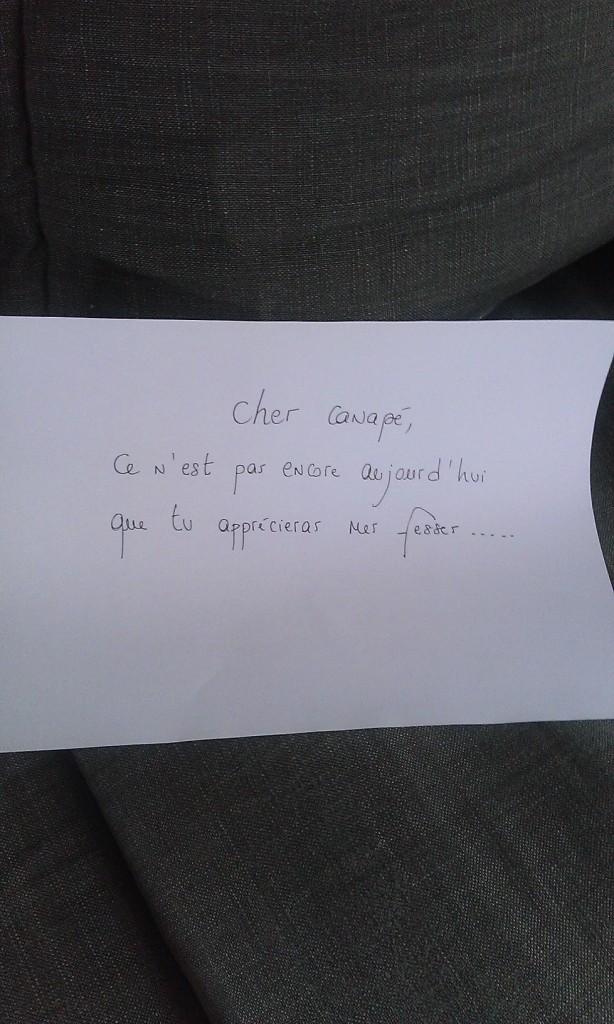 Canapé gris avec message
